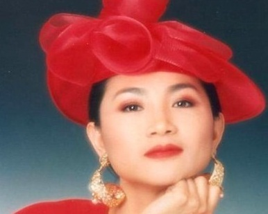 A picture of Fong Fei-fei wearing a fancy red hat