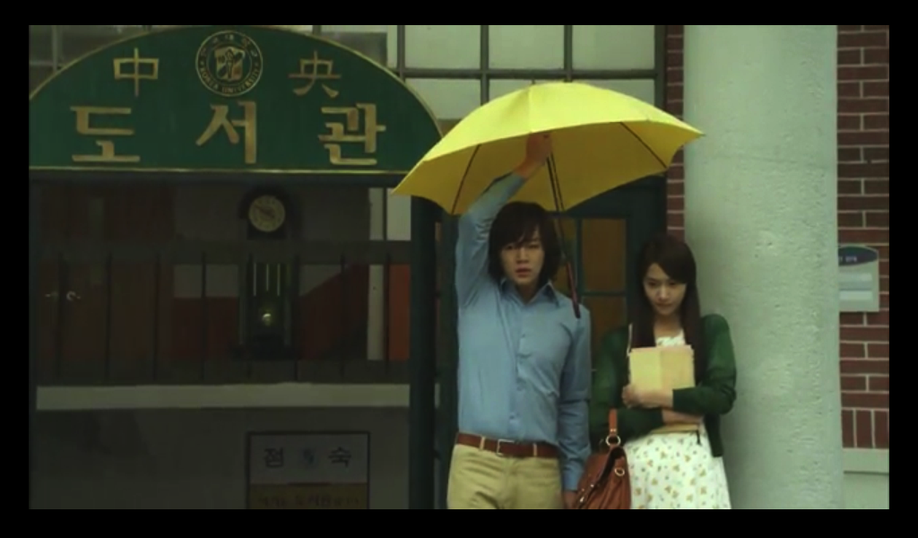 In Ha awkwardly shares a broken umbrella with Yoon Hee.
